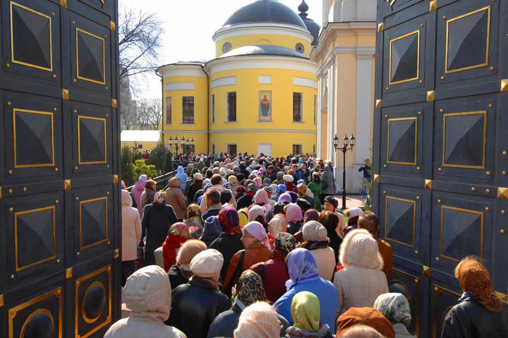 Люди пришли поклониться святой Матроне Московской в Покровский монастырь